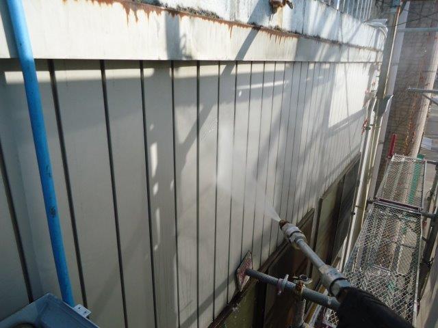 外壁トタン部高圧洗浄状況