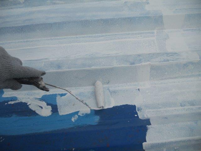 折半屋根遮熱塗料下塗り塗装状況