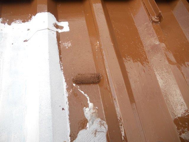 折半屋根遮熱塗料上塗り一層目塗装状況