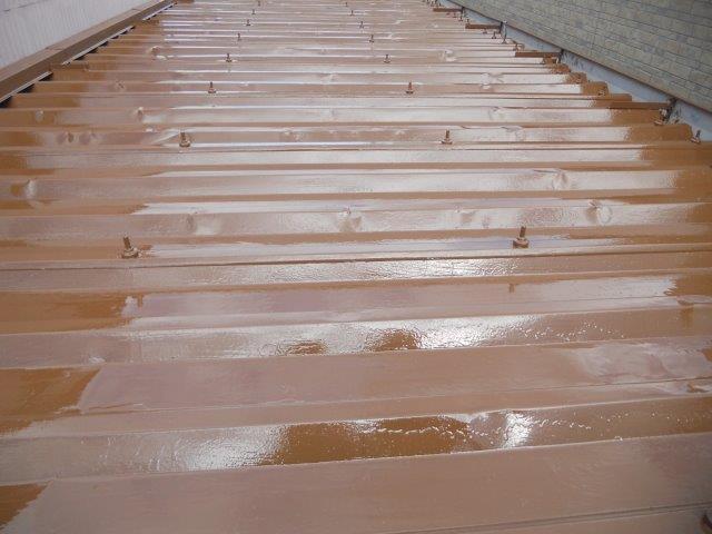 折半屋根遮熱塗料上塗り一層目塗装完了