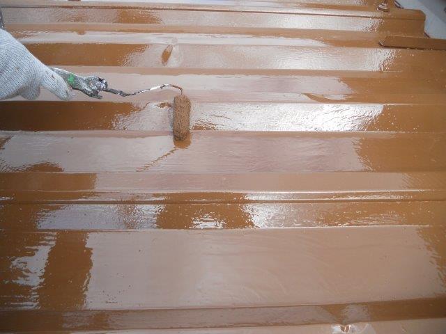 折半屋根遮熱塗料上塗り二層目塗装状況