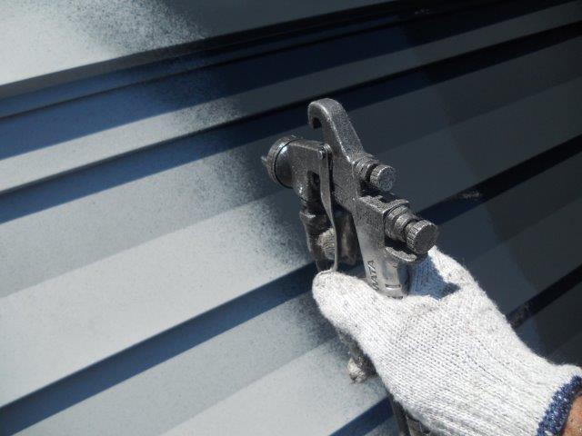 屋根ガルバリウム鋼板無機塗料塗装中塗り塗装状況
