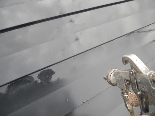 屋根ガルバリウム鋼板無機塗料塗装上塗り塗装状況