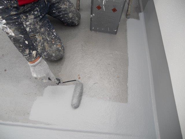 バルコニー防水主材一層目塗装状況