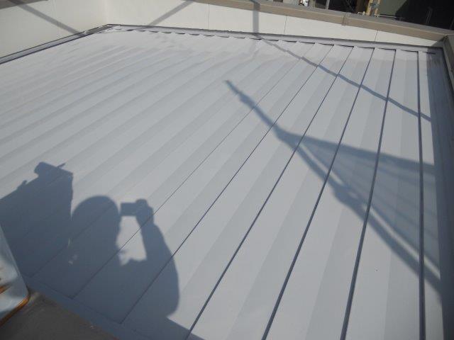 折半屋根遮熱シリコン塗料塗装中塗り塗装完了