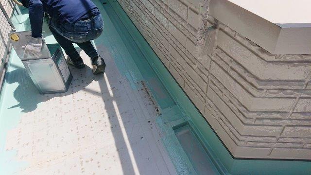 バルコニー塩ビシート防水主材一層目塗装状況