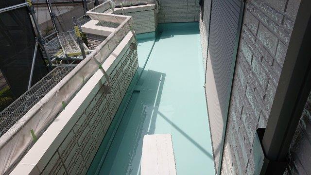 バルコニー塩ビシート防水主材一層目塗装完了