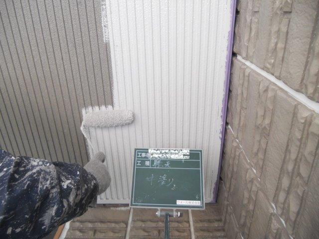 軒裏塗装上塗り一層目塗装状況