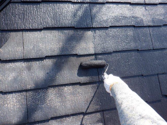 屋根カラーベストフッ素塗料塗装中塗り塗装状況